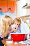 病的孩子的母亲关心有蒸气浴的 免版税图库摄影