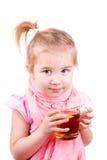 病的小女孩用水痘饮用的茶用柠檬 免版税库存照片