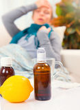 病的少妇在家 流感 库存照片