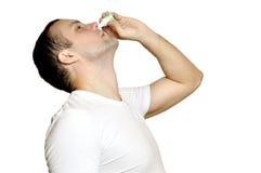 病的年轻人放置在鼻子的下落 库存照片