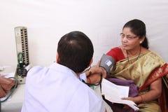 病的老印地安妇女 免版税库存图片