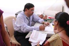 病的老印地安妇女 免版税库存照片