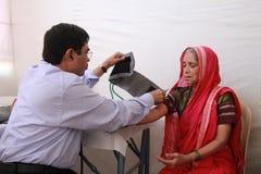 病的老印地安部族妇女 免版税库存照片