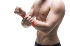 痛苦在手上 肌肉机体的男 摆在演播室的英俊的爱好健美者 隔绝在与红色小点的白色背景 库存图片