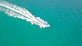 痛苦在海水天线风景的船 寄生虫视图视图帆船在绿松石海洋 从蓝色上的风景 股票录像