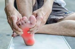 痛苦在脚 男性脚按摩  免版税库存图片