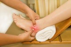 痛苦或伤害脚腕和英尺 免版税库存照片