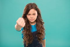痛苦的拳打 威胁严肃的孩子 猛击您面孔的 停止胁迫运动 威胁与拳头的女孩 免版税图库摄影