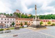 瘟疫专栏雕象在Vranov村庄,捷克共和国 从大广场的看法在大岩石安置的Vranov城堡的 r 免版税图库摄影