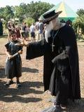 瘟疫医生服装和一个男孩的一个人新生节日的 免版税库存照片