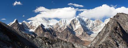 登上卓奥友峰,尼泊尔喜马拉雅山看法山 免版税图库摄影