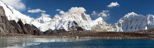 登上反映在湖的马卡鲁峰 免版税库存照片