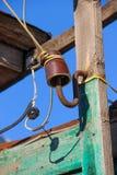 登上在一个木板条一条手工制造电线的一个过时陶瓷绝缘体 免版税库存照片