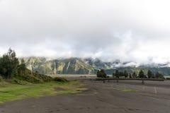登上布罗莫火山的领域 免版税库存图片