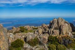 登上惠灵顿惊人的山顶俯视霍巴特的和南塔斯马尼亚岛沿岸航行 库存图片