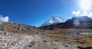 登上洛子峰,看见从Lobuche,珠穆琅玛营地艰苦跋涉,尼泊尔 库存照片