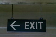 登上的金属出口指向左边的标志和箭头 库存图片