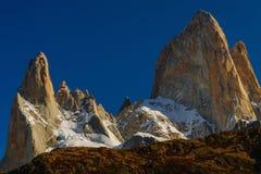 登上费兹罗伊和湖看法在日出的国家公园Los Glaciares国家公园 在巴塔哥尼亚的秋天 免版税库存图片