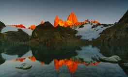 登上费兹罗伊和湖看法在日出的国家公园Los Glaciares国家公园 在巴塔哥尼亚的秋天 库存照片
