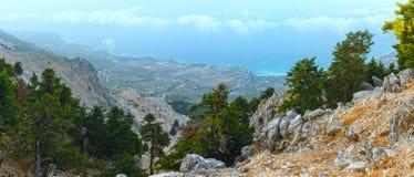 登上Aenos (Kefalonia,希腊夏天早晨多云顶视图  免版税库存图片