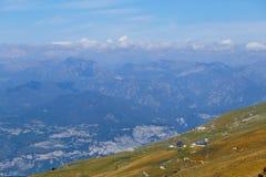 登上Baldo,意大利- 2017年8月15日:攀登山的走的家庭 免版税库存照片