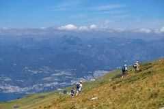 登上Baldo,意大利- 2017年8月15日:攀登山的走的家庭 库存图片
