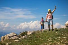 登上Baldo,意大利- 2017年8月15日:有她的儿子的愉快的母亲在小山上面在圣马力诺 免版税库存图片