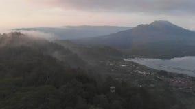 登上Batur和湖Batur鸟瞰图在与云彩的蒸发的晚上 股票视频