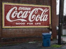 登上Gilead, NC 4月07日2018年:历史纪录艺术壁画古柯可乐 免版税库存图片