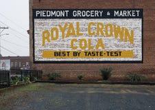 登上Gilead, NC 4月07日2018年:历史纪录艺术壁画皇家冠可乐 免版税库存图片