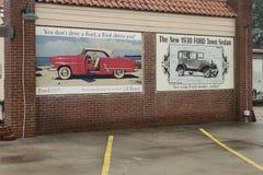 登上Gilead, NC 4月07日2018年:历史纪录艺术壁画福特车 免版税图库摄影