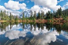 登上Shuksan和Picture湖在贝克原野 免版税库存照片
