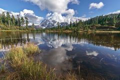 登上Shuksan和Picture湖在贝克原野 库存照片