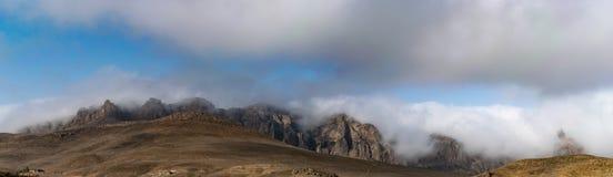 登上Talysh全景  在迷雾山脉的惊人的黎明天空 阿塞拜疆, Yardymli 全景 免版税库存照片