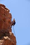 登山人上升的岩石 免版税图库摄影