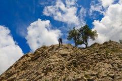 登山人下来排行下滑的岩石使用 免版税库存照片
