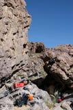 登山人休息的岩石 免版税库存图片