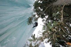 登山人冰瀑布 免版税图库摄影
