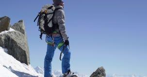 登山人到达与冰斧的登山家人多雪的登上上面在晴天 登山滑雪活动 滑雪者人 影视素材