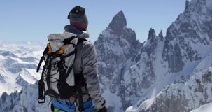 登山人到达与冰斧的登山家人多雪的登上上面在晴天 登山滑雪活动 滑雪者人 股票视频