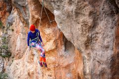 登山人在绳索垂悬 免版税库存图片