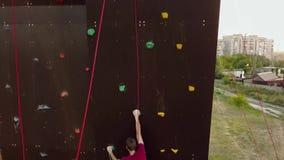 登山人天线跑在人为墙壁上的速度攀岩轨道户外 年轻快速的运动员攀登峭壁在 影视素材