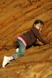 登山人女孩岩石 免版税库存照片