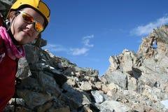 登山人女孩微笑 免版税库存照片