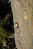 登山人女性岩石 免版税库存图片