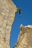登山人女性岩石 免版税库存照片