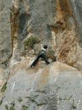 登山人山岩石结构树妇女 免版税库存图片