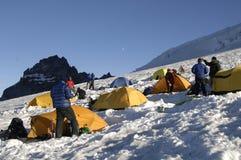 登山人山帐篷 库存图片