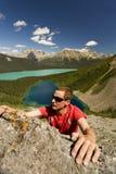 登山人把柄新山的伸手可及的距离 免版税库存照片