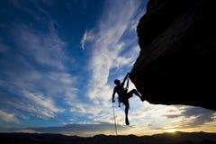 登山人摇晃的岩石 库存图片